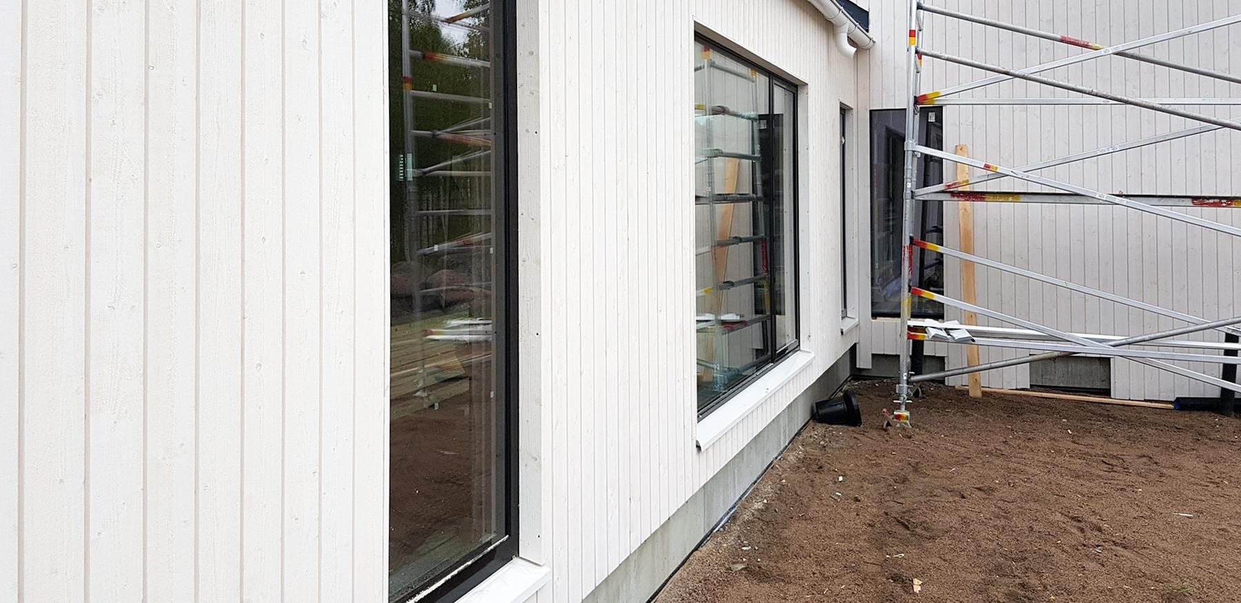 Ikkunapellit ja ovien kynnyspellit mittoihin leikattuna