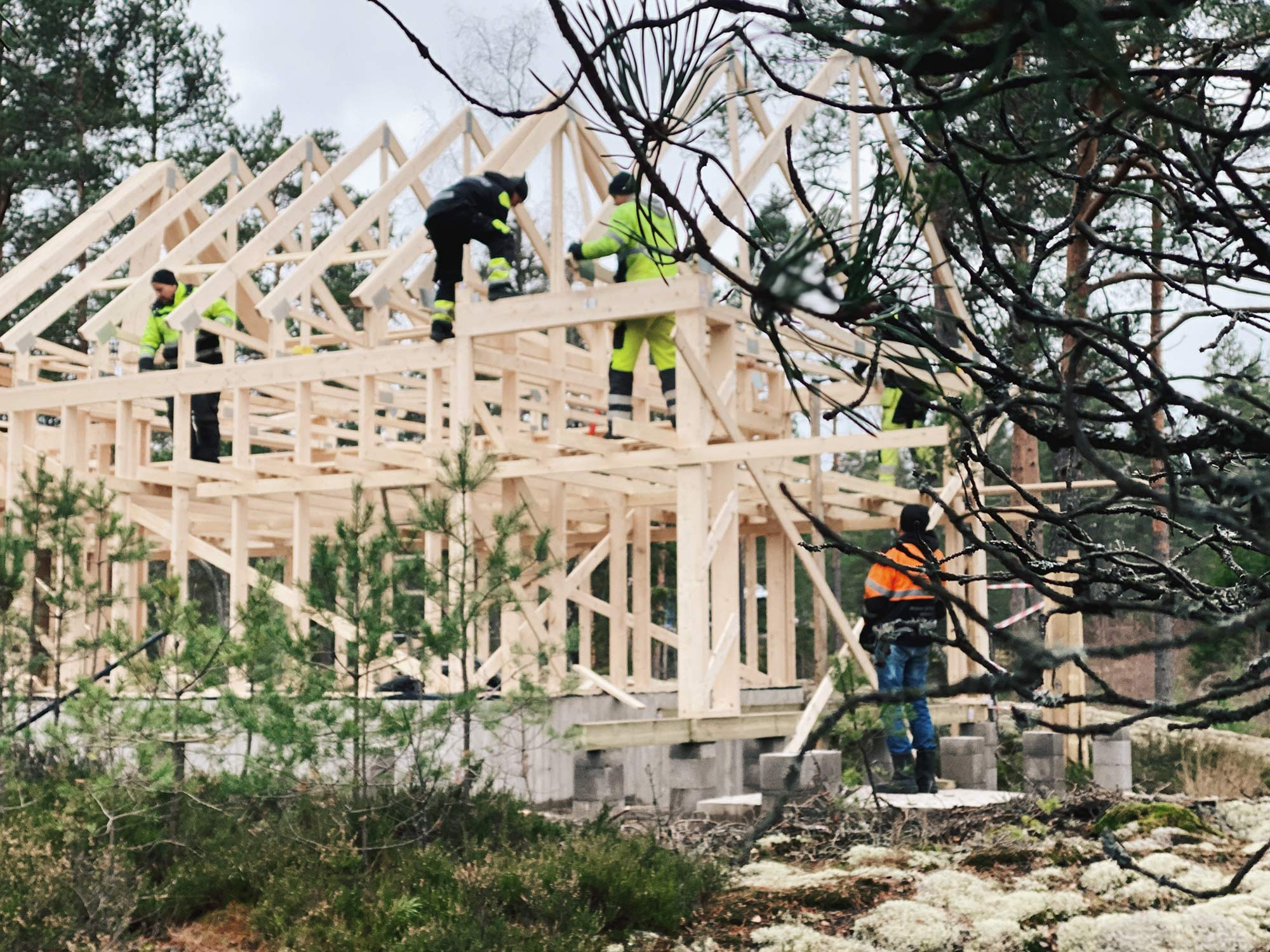 Building-up-the-frame-and-roof-of-the-house-(10)