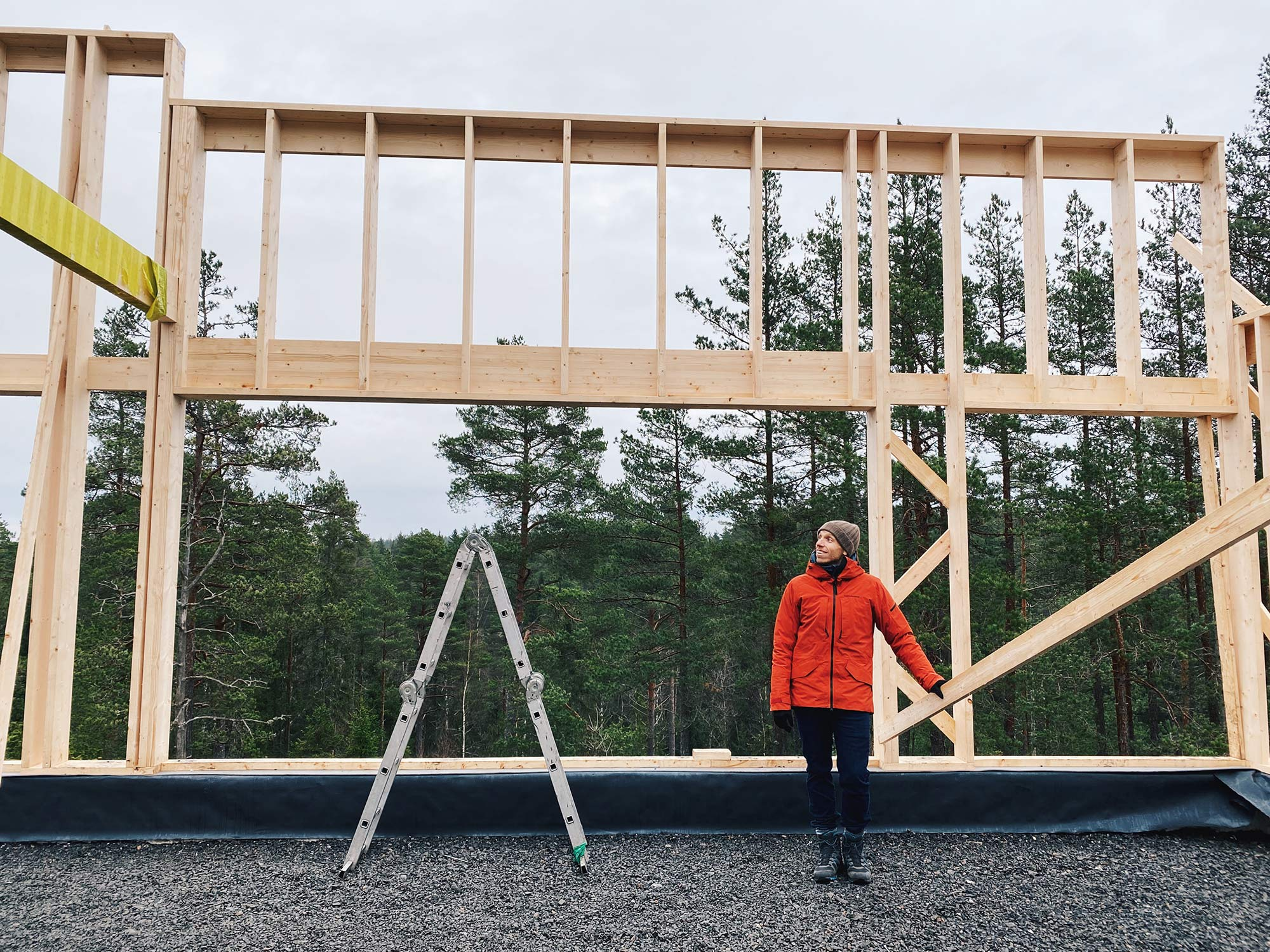 Building-up-the-frame-and-roof-of-the-house-(4)