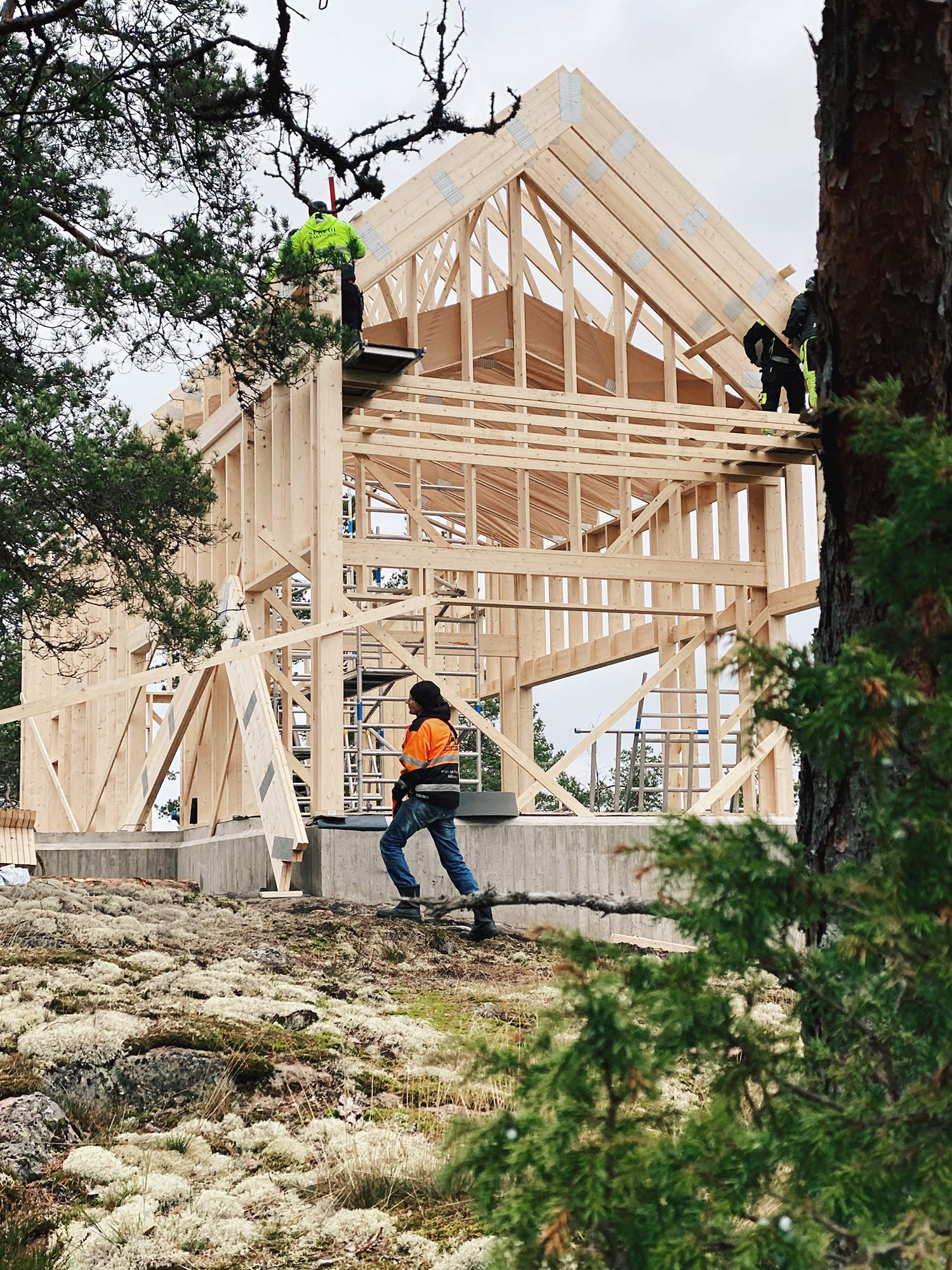 Building-up-the-frame-and-roof-of-the-house-(9)