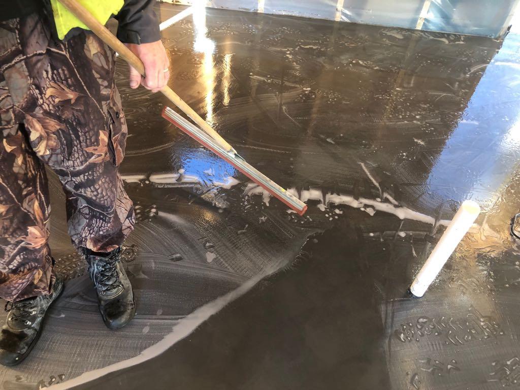 Kaikki-vaiheet-kuivasirotelattia-mikrosementtilattia-betonilattia-valmistamiseen-11