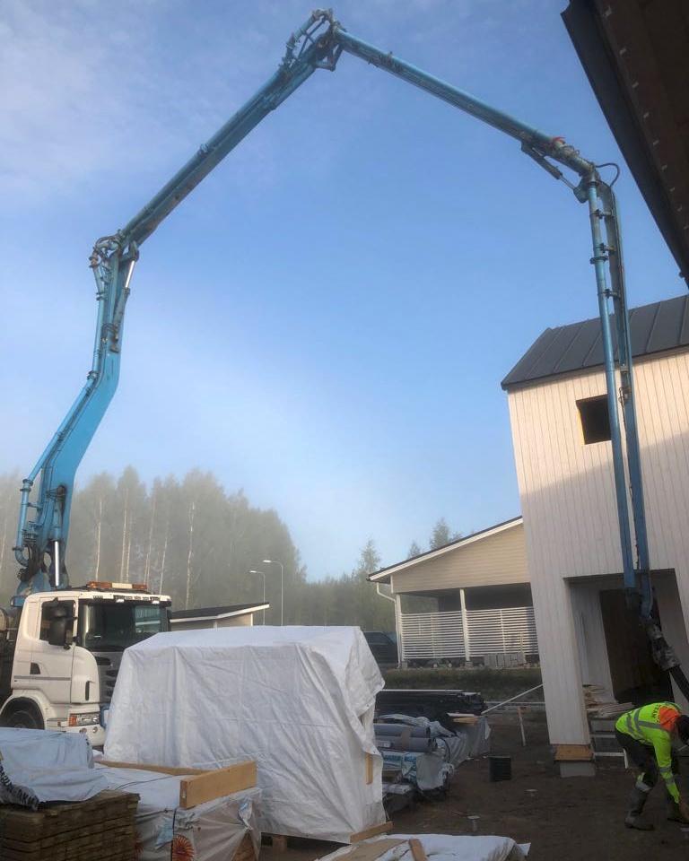 Kaikki-vaiheet-kuivasirotelattia-mikrosementtilattia-betonilattia-valmistamiseen-3
