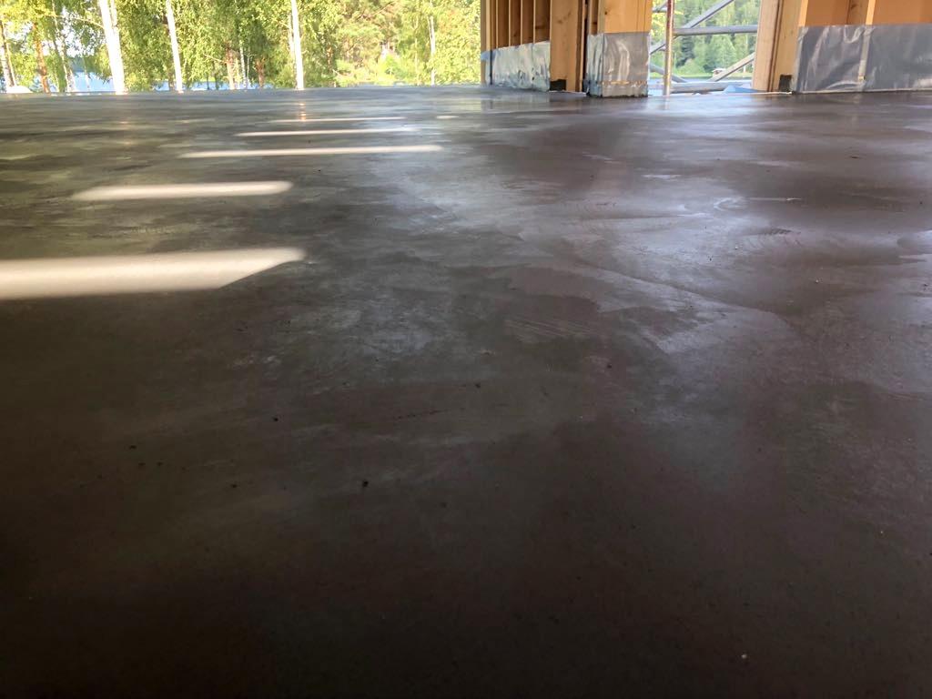 Kaikki-vaiheet-kuivasirotelattia-mikrosementtilattia-betonilattia-valmistamiseen-5