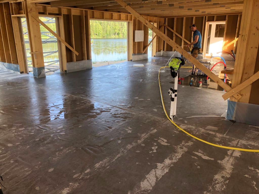 Kaikki-vaiheet-kuivasirotelattia-mikrosementtilattia-betonilattia-valmistamiseen-7