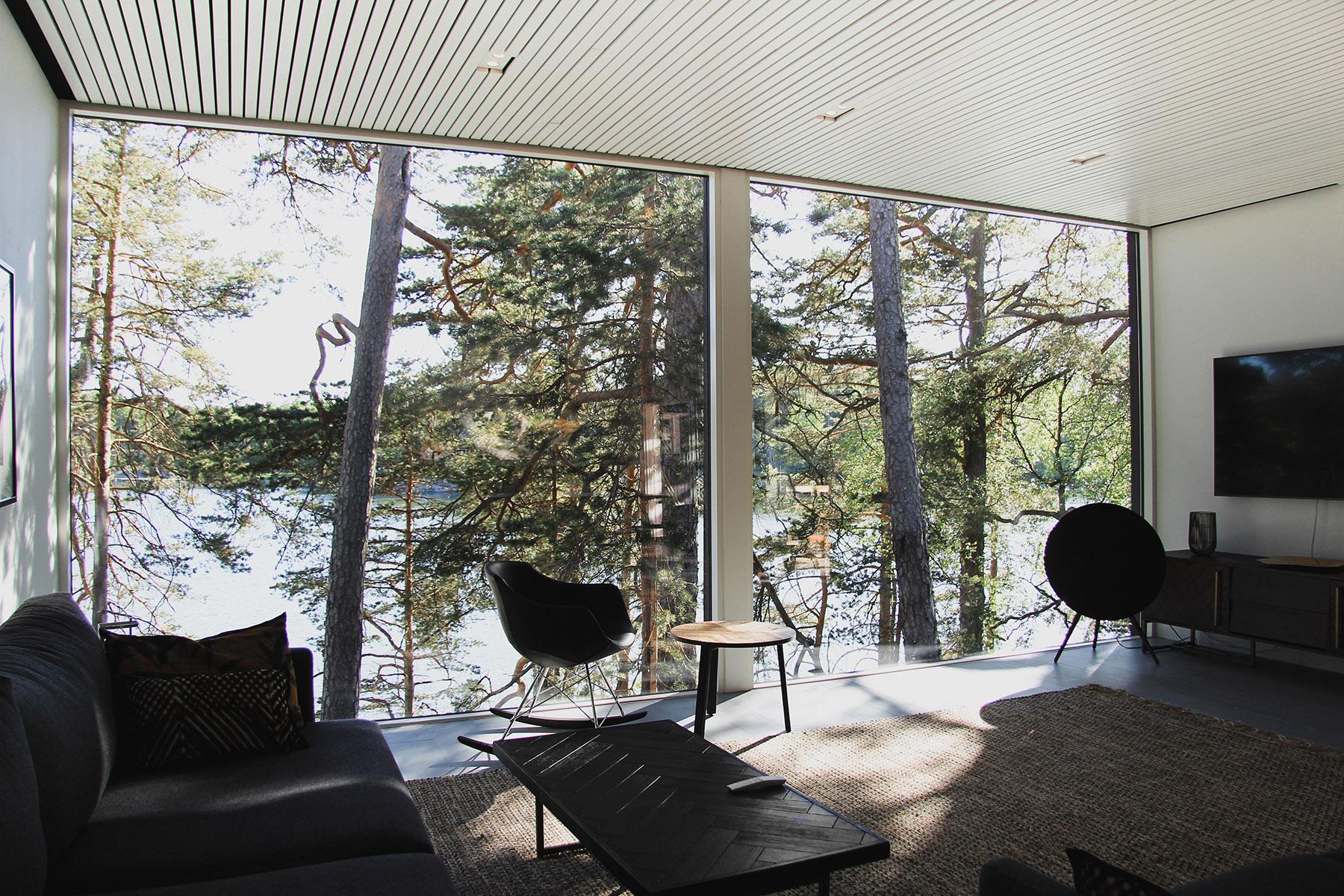 Moderni vapaa-ajan asunto Helsingin saaristossa olohuone