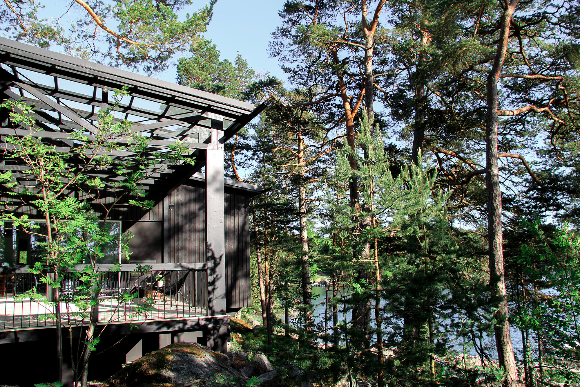 Moderni vapaa-ajan asunto Helsingin saaristossa terassi maisema