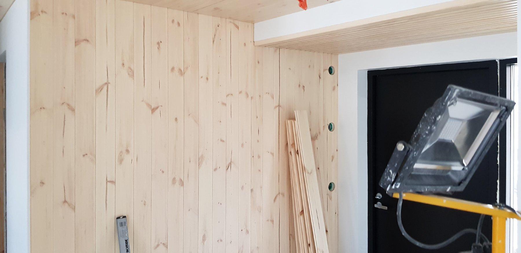 Pintamateriaaliksi suojakäsiteltyä mäntypaneelia, laattoja ja Tikkurilan maaleja
