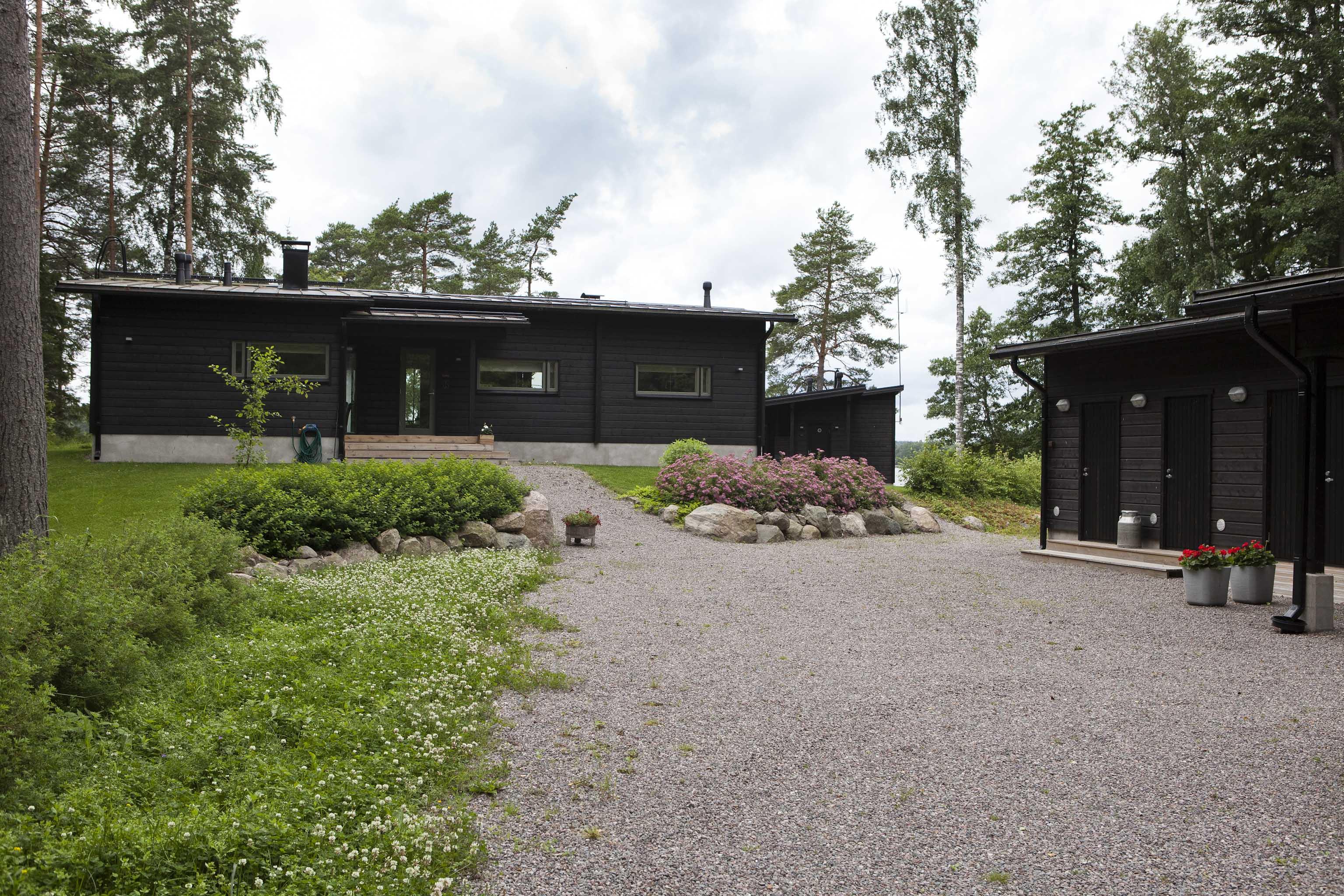 moderni huvila ja saunatupa